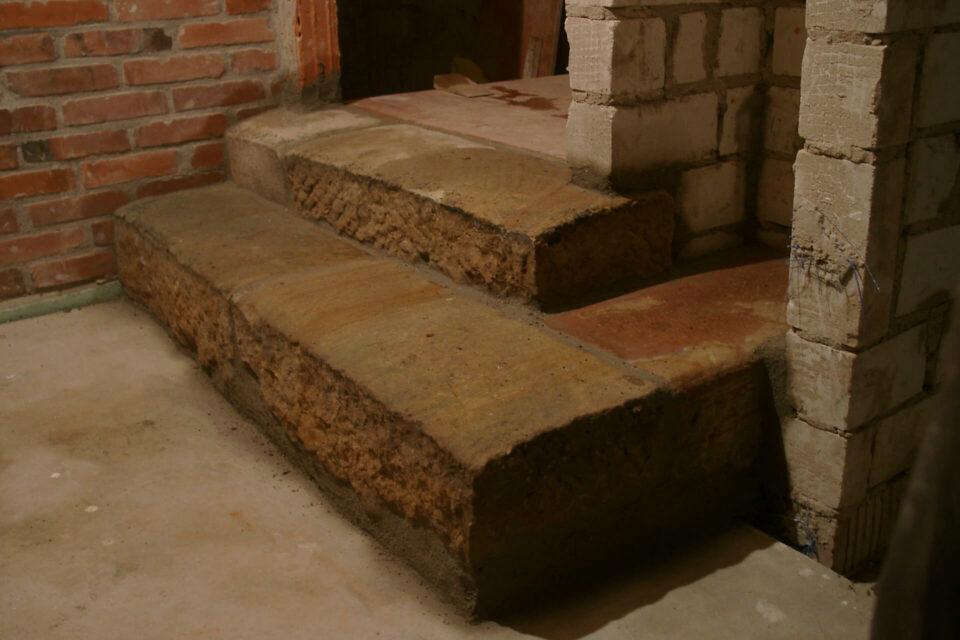 Sandsteinstufen setzen im Fachwerkhaus