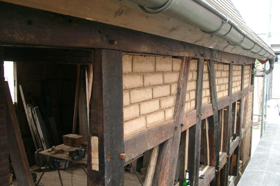 Ausmauerung der Gefache eines Fachwerkhauses mit Lehmsteinen
