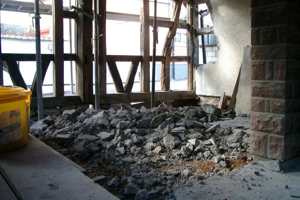 Betonbodenplatte im Fachwerkhaus entfernen