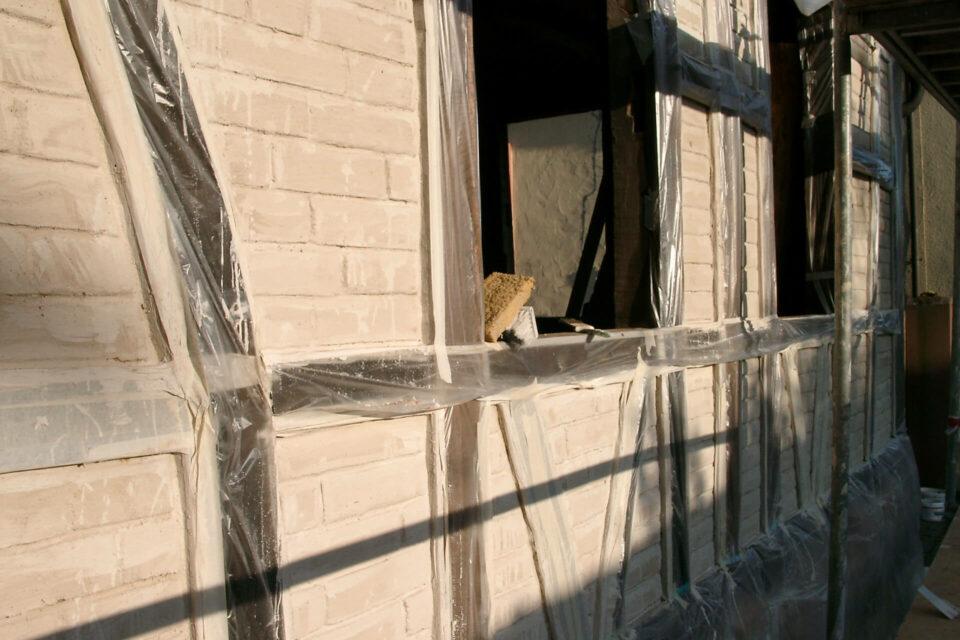 Kälken der Lehmsteine im Gefache Hausfront