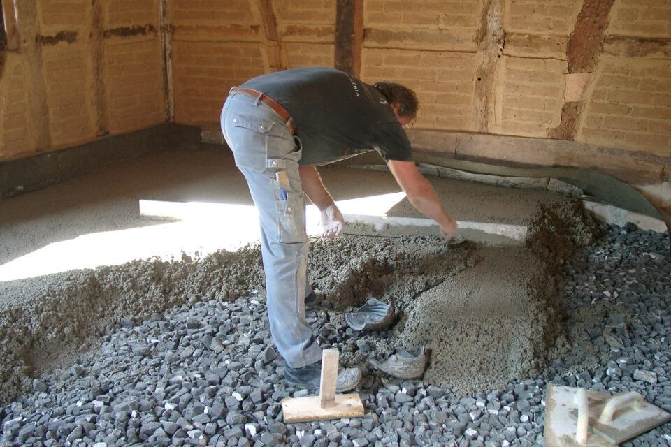 Korkalkestrich auf Schaumglasschotter im Fachwerkhaus